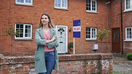 woman-outside-house-with-to-let-sign